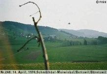 1976年04月14日_P0248#_拍摄于:Schmärbüel-Maiwinkel, Bettswill, Baretswil_瑞士空军的一架幻影战斗机正飞掠一艘光船