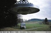 """1981年03月26日_P0829#_拍摄于:Säckler, Dürstelen_一艘""""婚礼蛋糕形""""光船悬停在Billy的拖拉机前上方"""